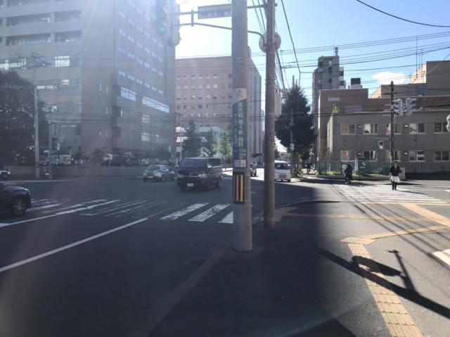 少し歩くと信号が見えてきますので、ここを右に曲がって下さい。