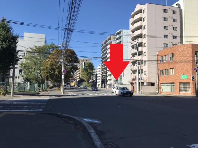 南1西18丁目の信号を渡ります。  写真の矢印のマンションに向かいます。